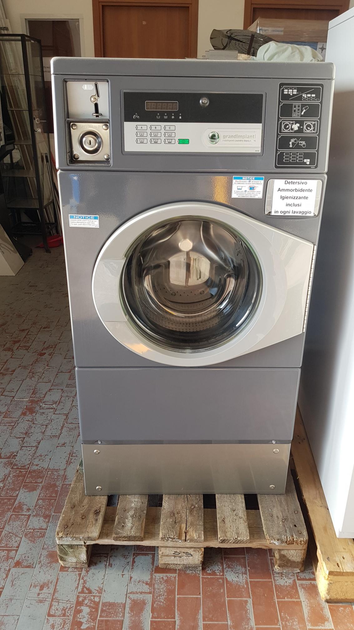 lavatrice 10kg con gettoniera 2pz disponibili €2500 cad anche a noleggio